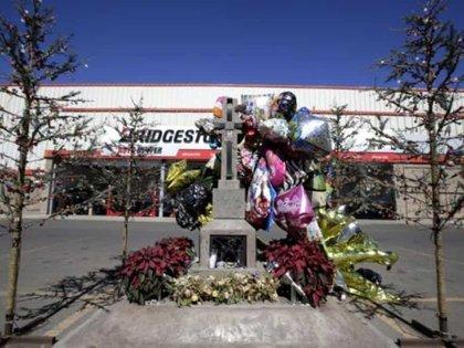 Tiempo después de la muerte de Édgar Guzmán, en el lugar de su asesinato se levantó un monumento en su honor (Foto: Especial)