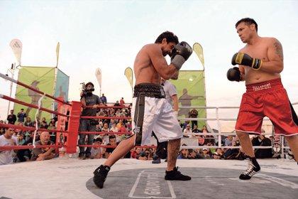 Luciano Castro y Sergio Maravilla Martínez arriba del ring en el marco de una pelea solidaria en la playa Las Toscas. . Foto: Diego García /GENTE