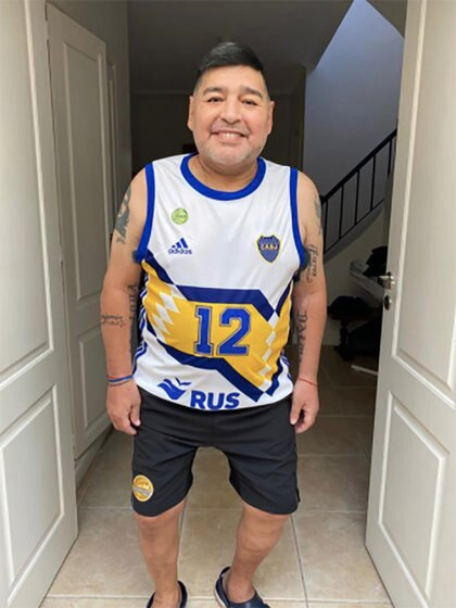 Diego, visiblemente más delgado, con indumentaria de Boca y de Dorados: su pasado, parte del look