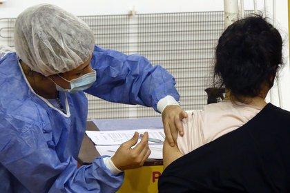 Argentina comenzó el 29 de diciembre su plan de inmunización contra el COVID-19 con la vacuna rusa Sputnik V (EFE/ Enrique García Medina/Archivo)