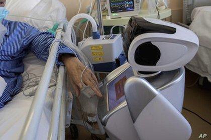 Un paciente con COVID-19 es tratado por un robot en el hospital 'Ospedale di Circolo' de Varese, Italia (AP Photo/Luca Bruno). (AP Photo/Luca Bruno)