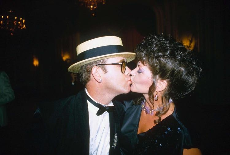 Elton y Renate durmieron en cuartos separados en su mansión de Windsor y Elton siguió el ritmo de las estrellas de rock, concertando citas con hombres y mujeres en los hoteles más lujosos que pudiera. la joven se refugió/escapó en su trabajo en el estudio de grabación y entabló una relación estrecha con la cantante Sylvia Griffin (Shutterstock)