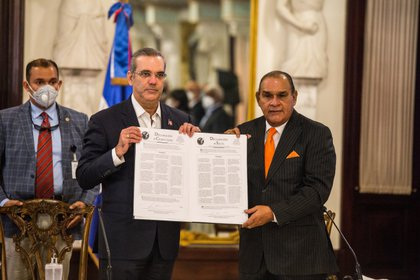 El presidente de República Dominicana firma las declaraciones de Chapultepec y Salta