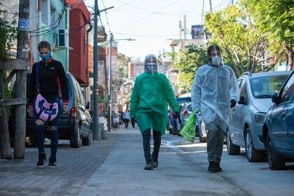 La brigada voluntaria de desinfección trabaja a destajo en la Villa 31 para contener los casos por coronavirus en los asentamientos urbanos de Buenos Aires, Argentina (Foto: Franco Fafasuli)