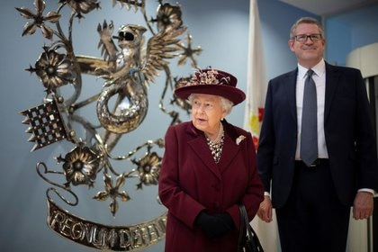 Foto de la reina Isabel junto al director general del MI5 Andrew Parker en su visita a las oficinas centrales de la agencia de inteligencia británica en Londres.  Feb 25, 2020. Victoria Jones/PA Wire/Pool via REUTERS. Foto de archivo