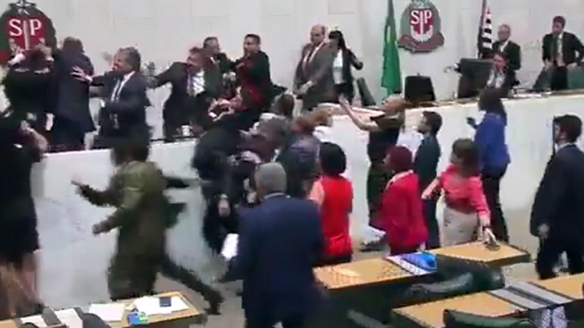 Actriz Porno Es Mordida Por Tiburon caos en la asamblea legislativa de san pablo: un diputado