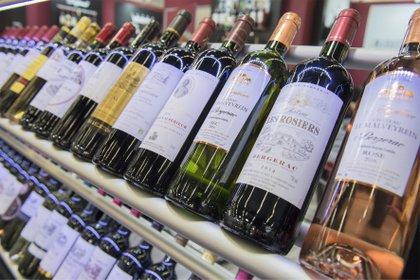 Vista de las botellas de vino expuestas en la 19ª edición de la Feria Internacional del Vino Vinexpo de Burdeos, en Francia, el 19 de junio de 2017. EFE/Caroline Blumberg/Archivo