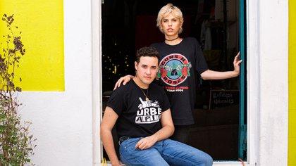 Jacob López, 21, a la izquierda, y Roma Rodríguez, 23, en El Reflejo, un pequeño local que se fundó en Caguas, Puerto Rico, el 4 de julio de 2019. El huracán María condenó algunos de los espacios seguros de Puerto Rico para los grupos LGBT (Erika P. Rodriguez / The New York Times)