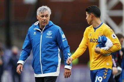 Carlo Ancelotti (izquierda) con James Rodríguez en el Everton.  Reuters
