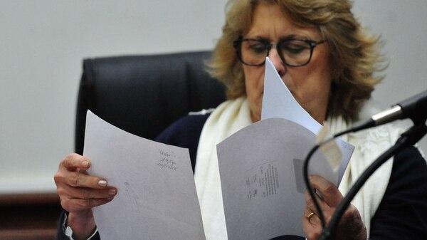 La jueza Alicia Vivian estudia los dibujos hechos por Nahir Galarza en su pericia de parte