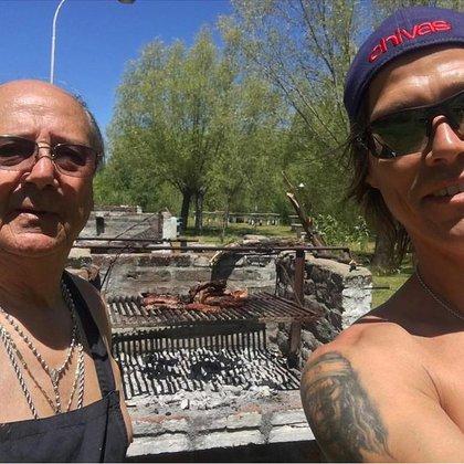 Oscar y Matías Almeyda, juntos compartiendo un asado familiar