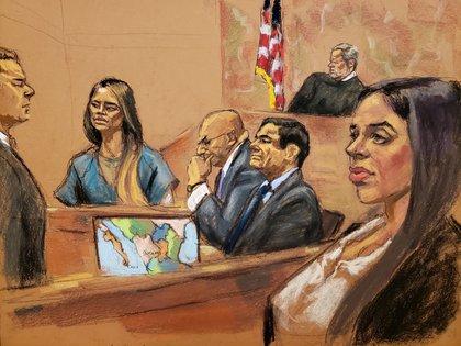Lucero Guadalupe Sanchez Lopez testifica en el juicio al Chapo Guzmán bajo la mirada de la esposa del capo narco, Ema Coronel (REUTERS/Jane Rosenberg)