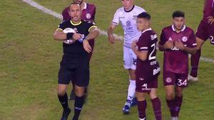 Papelón del árbitro Espinoza en Lanús-Talleres: pitó el final antes de tiempo y tuvo que pedirles a los jugadores que retornen del vestuario