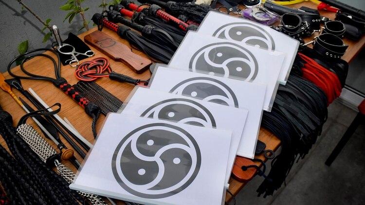El símbolo del BDSM sobre algunos objetos para llevar a cabo la práctica