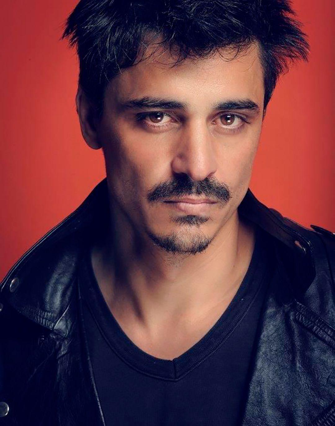 Luis Ugarte en una produccion de fotos de modelaje