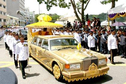 El sultán de Brunei se moviliza es uno de los automóviles con detalles en oro de su flota de miles de vehículos