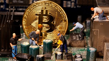 """Bitcoin y criptomonedas: 13 preguntas y respuestas sobre el fenómeno en una jornada que volvió a mostrar la alta volatilidad de los """"activos digitales"""""""