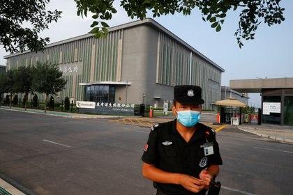 Un guardia de seguridad frente a los laboratorios de CanSino Biologics en Tianjin (Reuters)