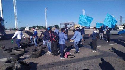 Los compañeros de Geréz cortaron ayer un tramo de la Ruta 3 en reclamo por mayores medidas de seguridad en la zona