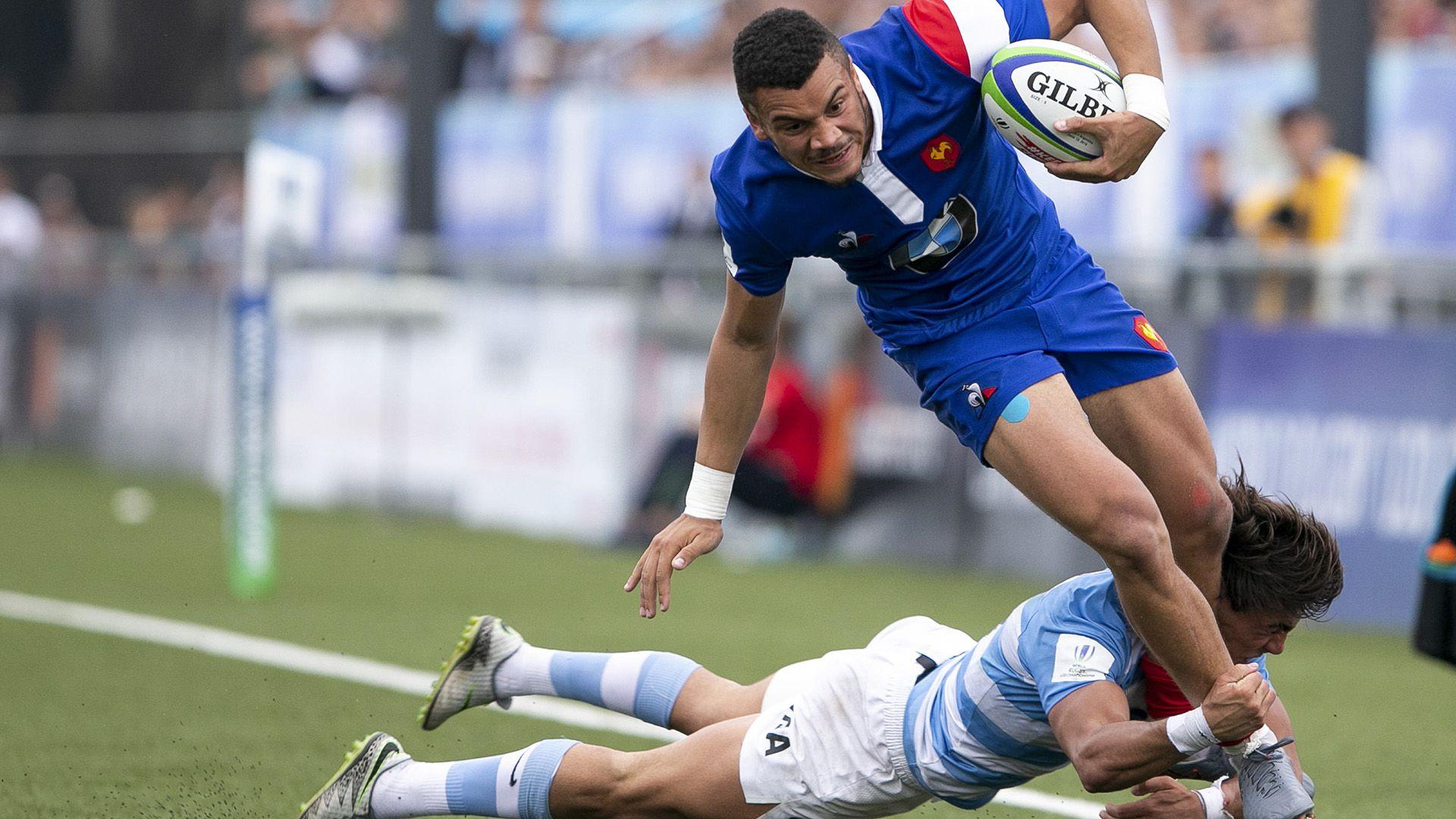 Joaquin de la Vega y un impactante tackle ante Mathis Label en la enorme victoria de Argentina (Foto: Juan Gasparini / AFP)