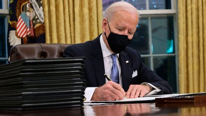 Joe Biden firmó ya varios documentos relacionados con asuntos migratorios