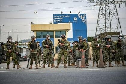 Soldados montan guardia en el exterior de una prisión donde reclusos fueron asesinados durante un motín que el gobierno describió como una acción concertada por organizaciones criminales, en Guayaquil, Ecuador. 23 de febrero de 2021. REUTERS/Vicente Gaibor del Pino