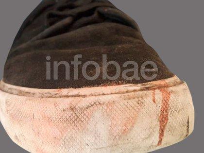 Una de las zapatillas secuestrada en los allanamientos que fue peritada.