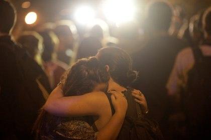 La conmoción de dos mujeres tras el asesinato (REUTERS/Ricardo Moraes)