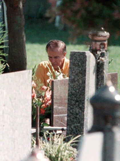 El ex presidente Carlos Menem frente la tumba de su hijo en el cementerio islámico de San Justo en 2011 (NA)