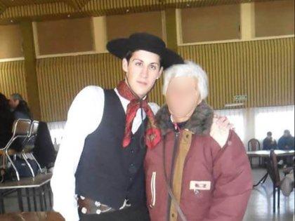 En traje de gaucho junto a su abuela, con quien convive.