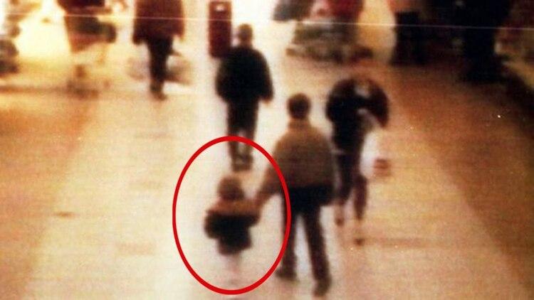 Las imágenes de las cámaras de seguridad muestran a Thomson y a Venables llevándose al pequeño James del shopping tomándolo de la mano. Luego llegarían la tortura y el brutal crimen