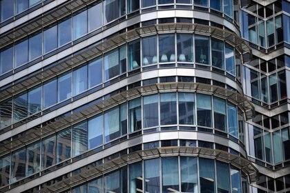 FOTO DE ARCHIVO: Un edificio de oficinas vacío en Canary Wharf durante el brote de la enfermedad del nuevo coronavirus (COVID-19) en Londres, Reino Unido, el 27 de mayo de 2020. REUTERS/Dylan Martinez