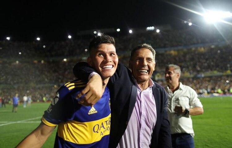 Miguel Russo festeja con Jordan Campuzano el título de la Superliga Argentina. REUTERS/Agustin Marcarian