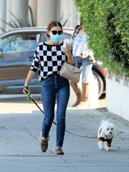 Lucy Hale sacó a pasear a su perro Elvis por las calles de Los Ángeles, California. La actriz y cantante de 31 años llevó a su mascota de la correa, lució un jean, un sweater a cuadros blancos y negros, unos zapatos Gucci con tachas y una cartera Louis Vuitton. El perro, por su parte, estaba cubierto con un sweater de Fendi