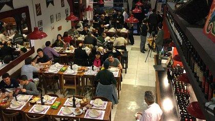 Entrar a La Robla Cooperativa es como introducirse en un bar típico de Andalucía