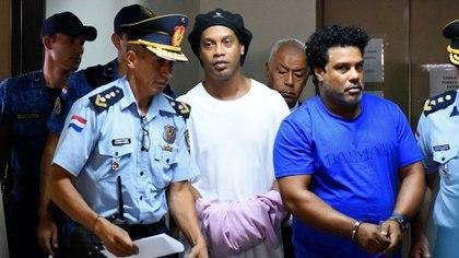 Ronaldinho detenido junto a su hermano Roberto, en Paraguay (Photo by Norberto DUARTE / AFP)