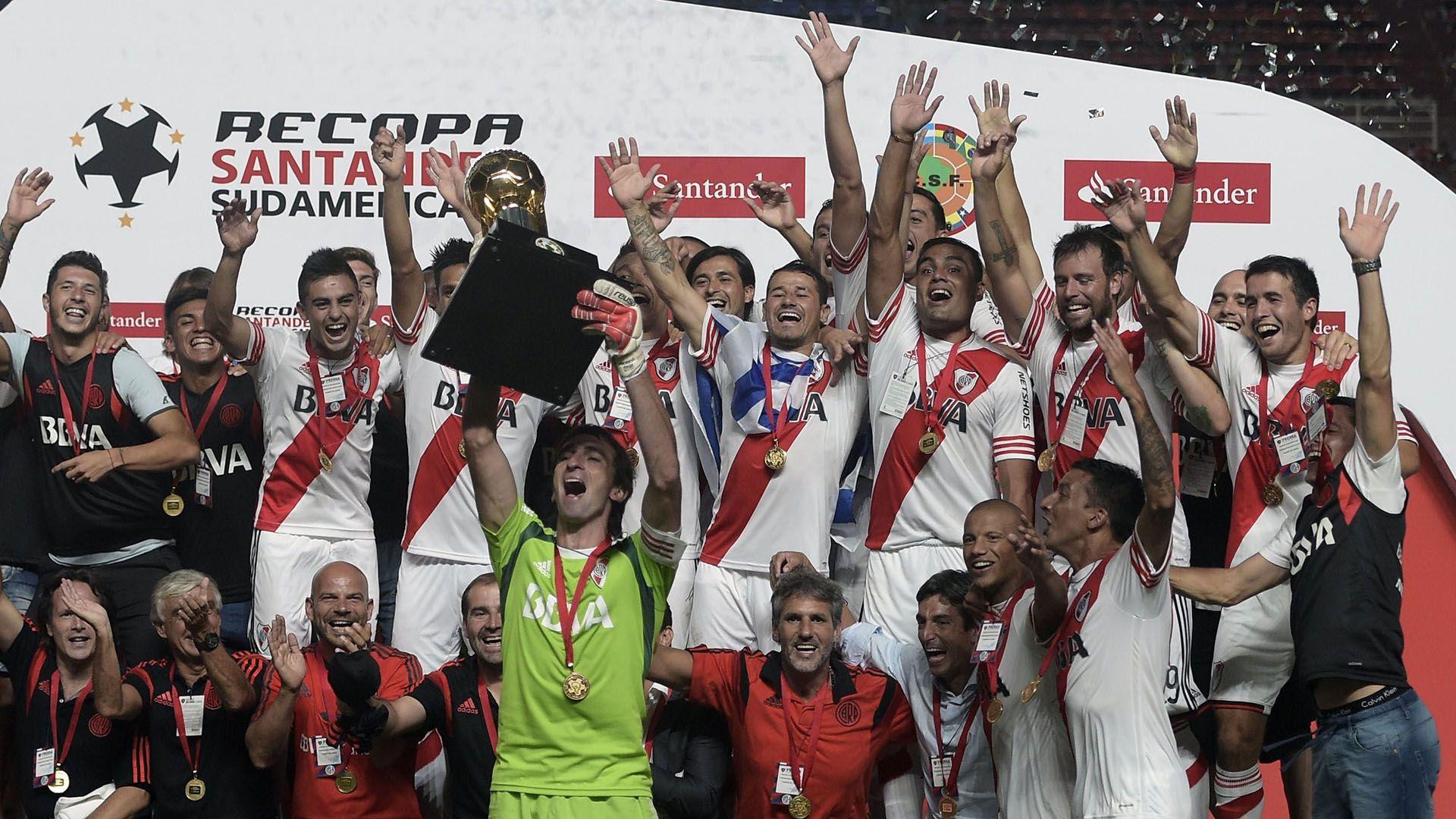 Barovero levantó la Copa Libertadores 2015 vestido de verde (se puso la camiseta del campeón arriba). FOTO NA: AFP PHOTO / Juan Mabromata