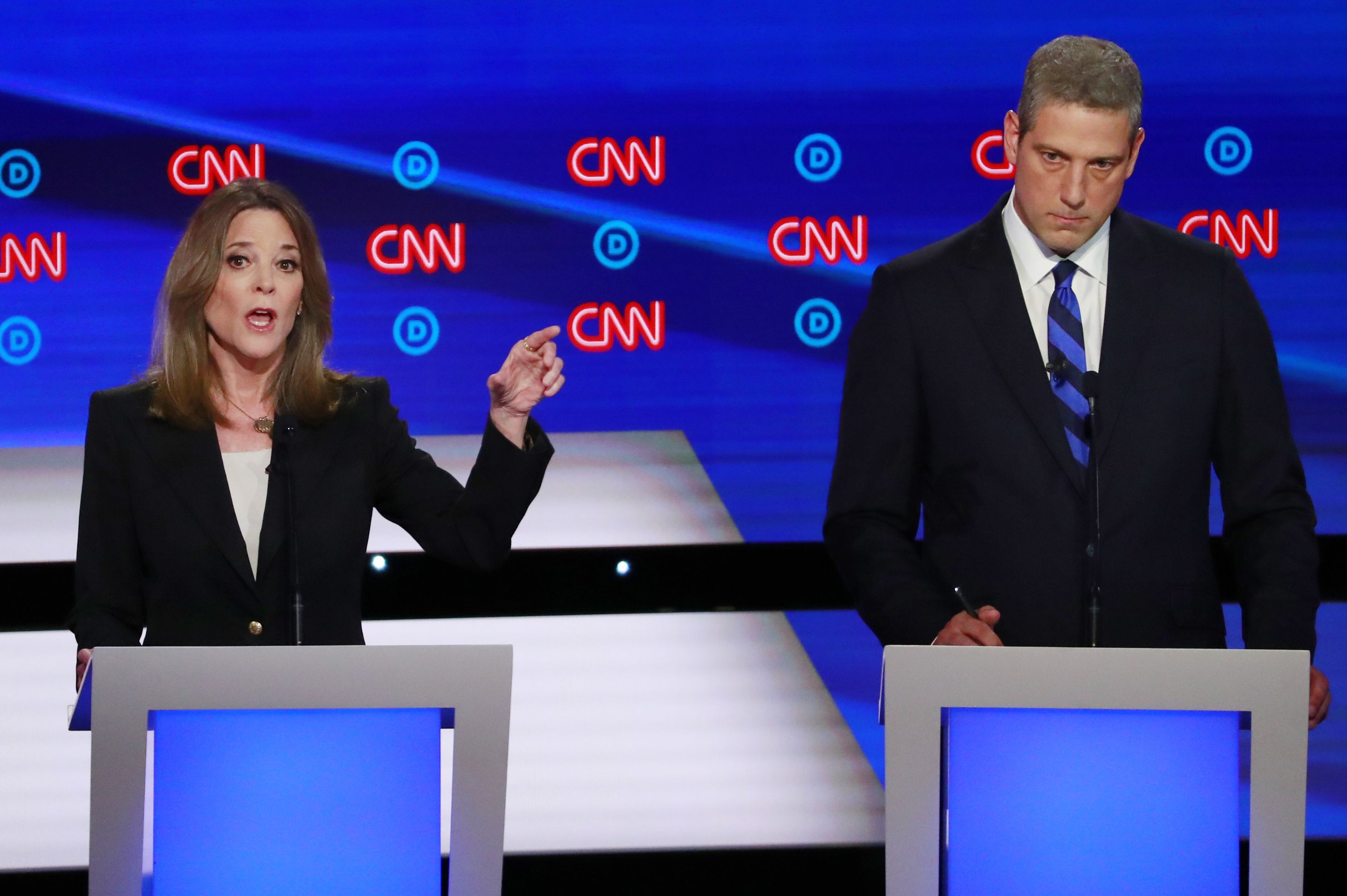 Tim Ryan y Marianne Williamson. (REUTERS/Lucas Jackson)