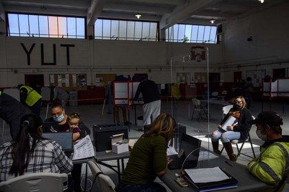 Votantes esperan su turno en un centro de votación en el Depósito de arsenal de la Guardia Nacional en St. Paul, en Carolina del Norte. (AFP)
