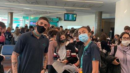 En Aeroparque, un grupo de estudiantes aguarda la partida de un vuelo chárter