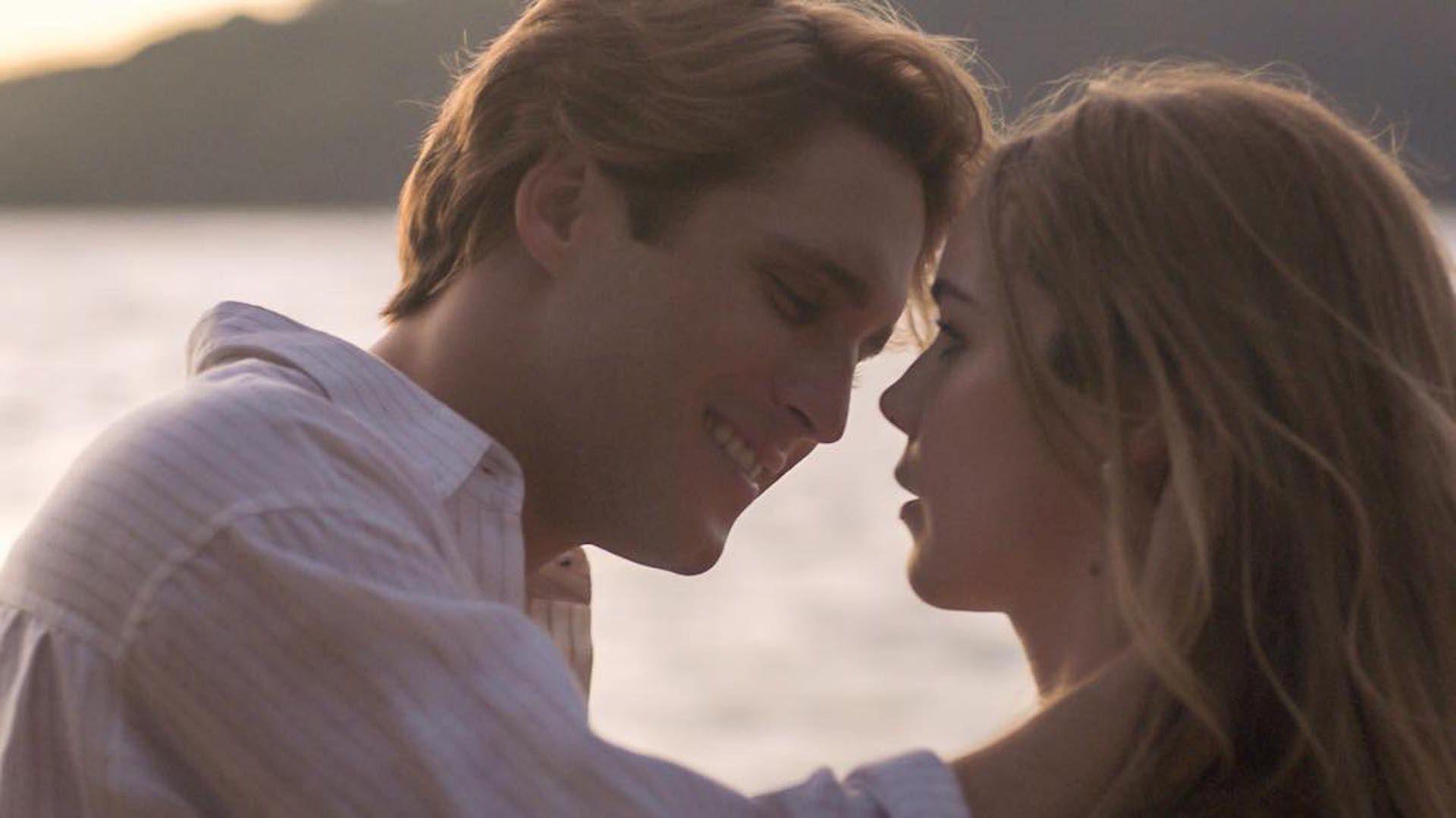 Diego Boneta y Camila Sodi en la escena del beso entre Luis Miguel y Erika.