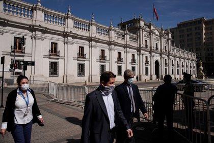 Un grupo personas es visto el pasado 20 de mayo de 2020 con mascarillas frente al Palacio de la Moneda en Santiago (Chile), como medida para evitar la propagación del COVID-19. EFE/Alberto Valdés