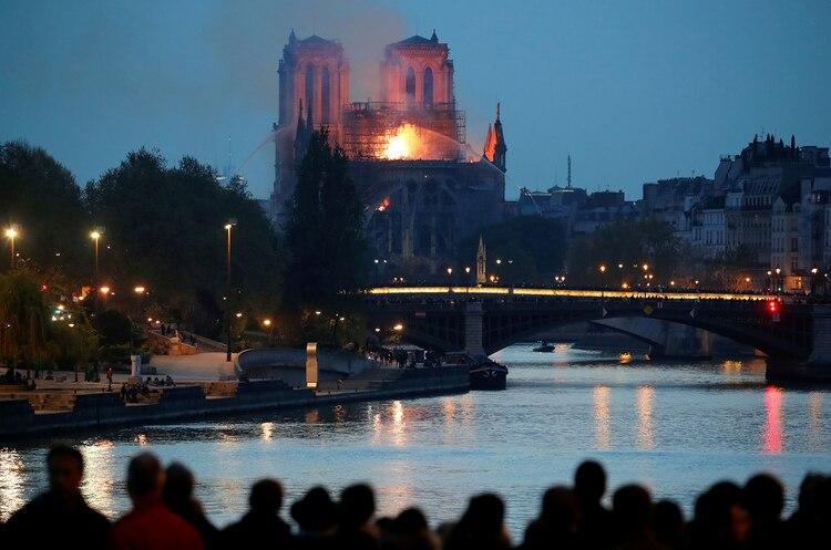 Decenas de personas observan el incendio(REUTERS/Charles Platiau)