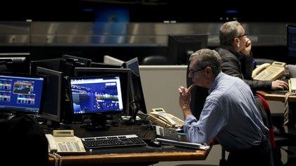 La nueva normativa dificulta las operaciones con los bonos en dólares (AP)