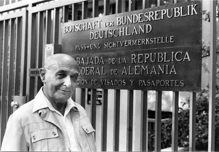 Juan Pujol, frente a la Embajada alemana, en 1984.