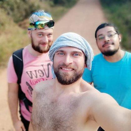 Los tres contaron su historia en el grupo Poliamor Argentina (@poliamor.ar)