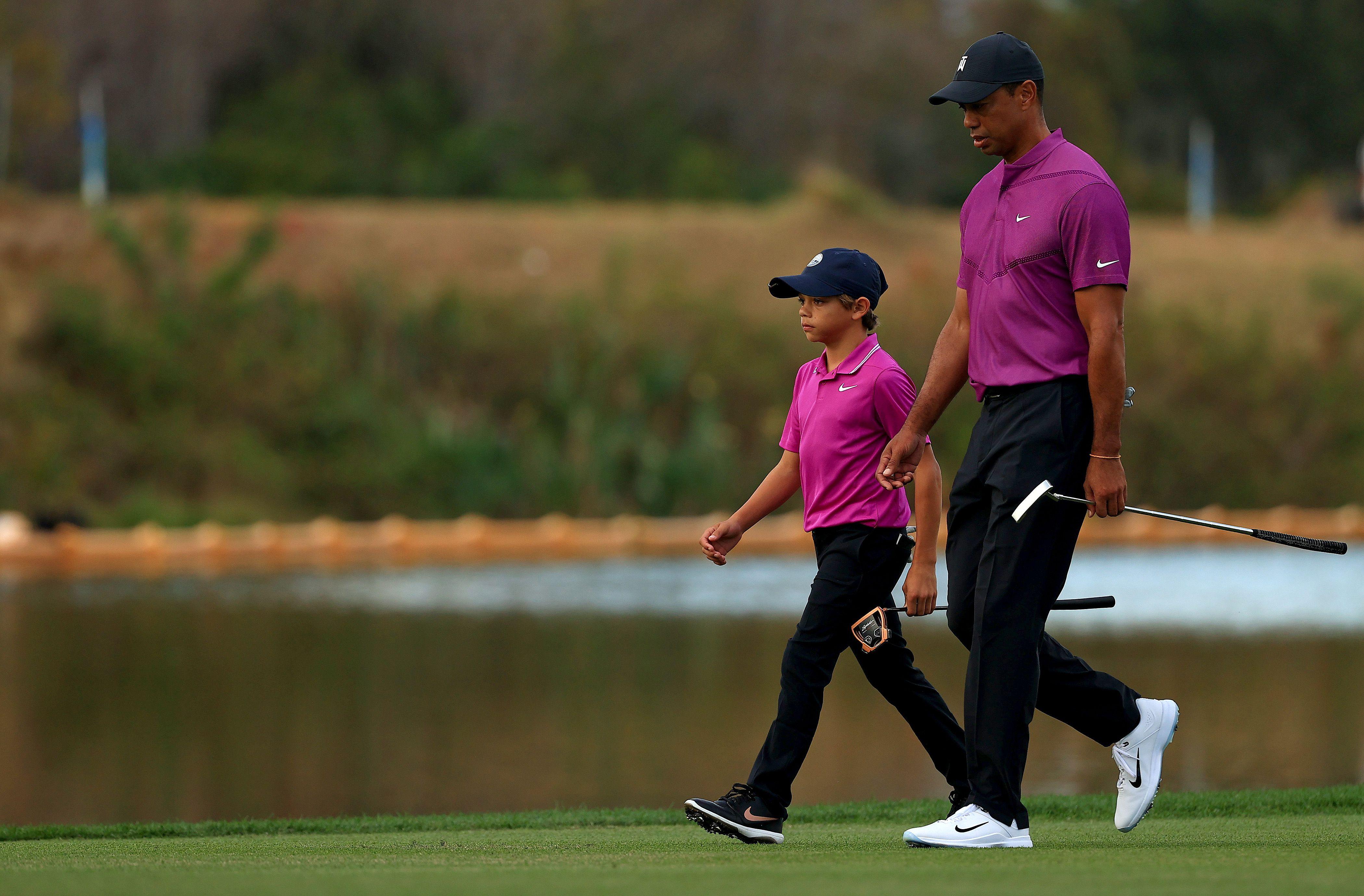 Hijo de Tiger Woods juega junto a su padre en un torneo familiar