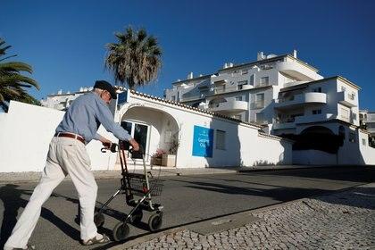 Un hombre camina frente al apartamento donde desapareció Madeleine McCann cuando tenía 3 años, en 2007 (REUTERS/Rafael Marchante)