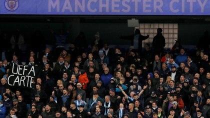 Pancartas contra la UEFA en las gradas del estadio del Manchester City (REUTERS)
