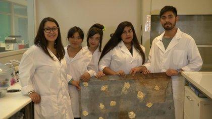 Karen Mongelos, profesora de matemáticas y Rodrigo Medina, becario del INS, junto al equipo ganador (Infobae)